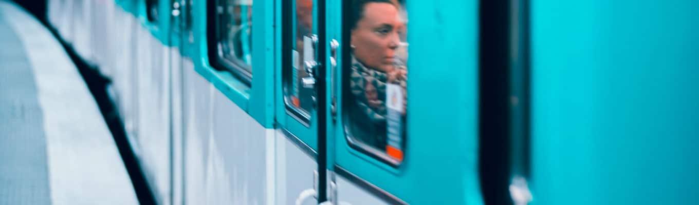 Frau schaut aus Zugfenster