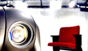 Filmstudio mit Sicht auf Kamera und Kinosessel