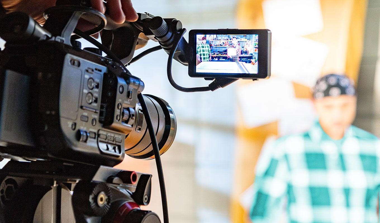 Kamera auf Person in Filmstudio gerichtet