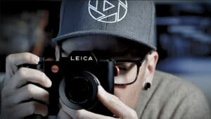 Pascal Monnier beim fotografieren, nahaufnahme mit LEICA Kamera